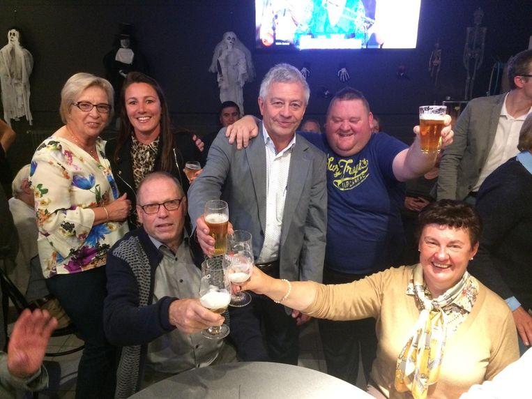 Burgemeester Gerard Liefooghe viert zijn overwinning met een dubbele tournée générale in de Retorica.