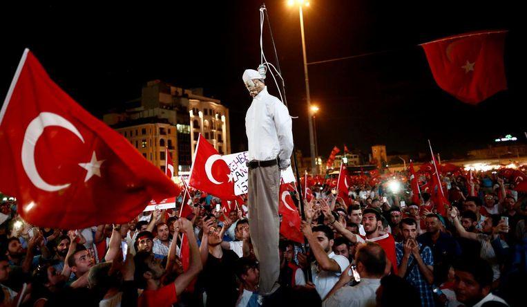 Pro-Erdogan-demonstranten verbranden in Istanboel een pop die Gülen moet voorstellen. Beeld AFP