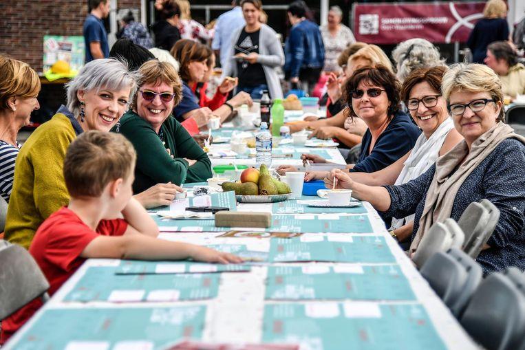 Samen een hapje eten aan de Lange Tafel in de Boonwijk.