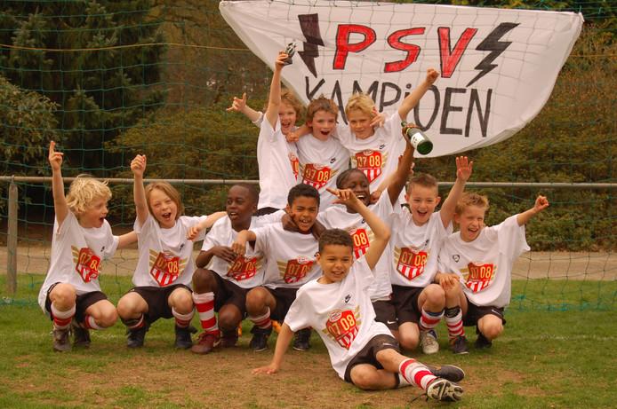 Het F1-elftal van PSV seizoen 2007-2008 is kampioen. In de middelste rij precies in het midden Cody Gakpo, met links naast hem Jordan Teze en vooraan Armando Obispo. Deze drie spelers maakten inmiddels hun debuut voor het eerste elftal.