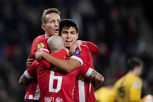 Érick Gutiérrez viert de 1-0 van Luuk de Jong samen met de doelpuntenmaker en José Angelino.