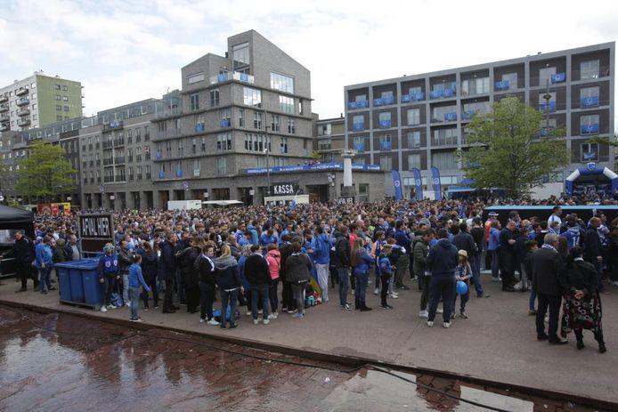Er is een mensenmassa naar het Genkse Stadsplein gekomen.