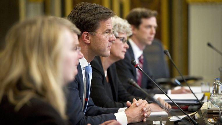 Premier Mark Rutte tussen zijn ministers Beeld epa