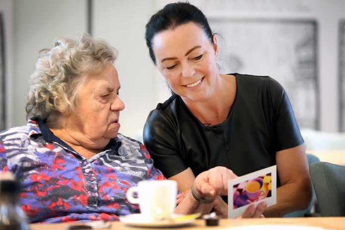 20180919 - Breda - Lydia Verheijen heeft een actie op touw gezet om senioren post te sturen om het sociale isolement tegen te gaan. Ze bekijkt een ontvangen kaartje met mevrouw Petronella Coertjens (88). FOTO: RAMON MANGOLD/ PIX4PROFS