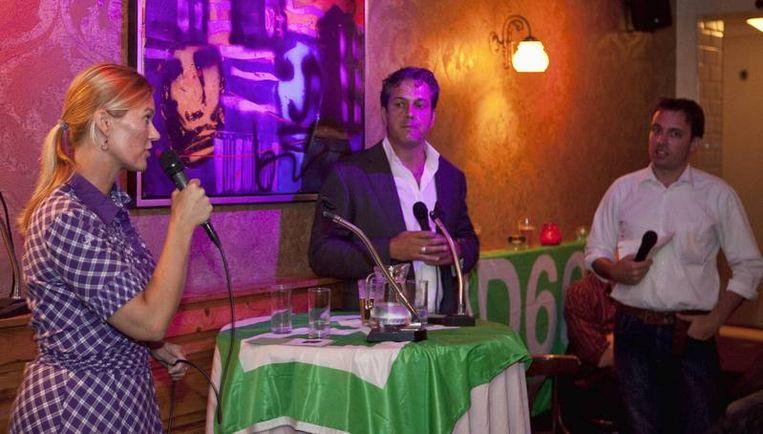 De kandidaat-lijsttrekkers voor D66 Ageeth Telleman (l.) en Ivar Manuel (m.) debatteren in café P96 onder leiding van Jan-Bert Vroege. Foto Marc Driessen Beeld