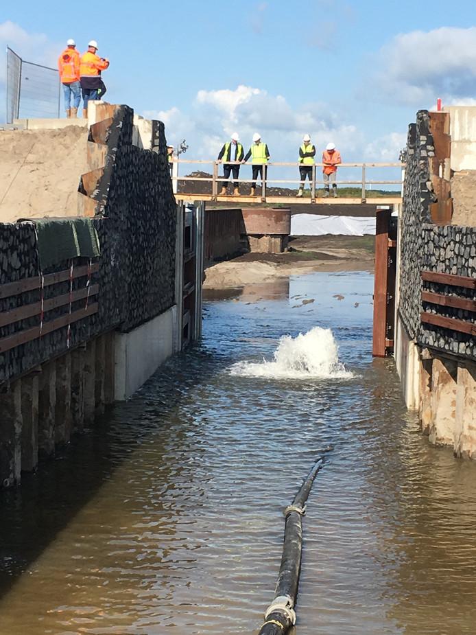 De kraan is open gezet en het sluizencomplex van het Havenkwartier in Zeewolde wordt de komende twee, drie dagen met water gevuld.