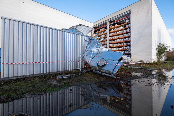 Bij Tapijten Classis explodeerde een watertank. Daarbij vernielde het water een betonnen muur en de vloedgolf vernietigde een tuin en tuinhuis naast het bedrijf.