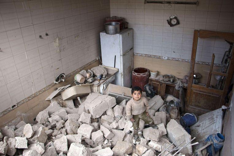 De Syrische burgeroorlog heeft in het nog altijd belegerde Aleppo enorme verwoestingen aangericht. De afgebeelde jongen komt niet voor in zuster Nazareths berichten uit de stad. Beeld afp