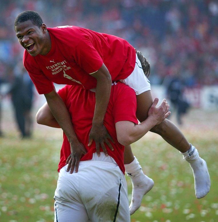 Amstelcupfinale FC Utrecht-FC Twente. Utrecht-speler Richal Leitoe op de schouders. Beeld anp