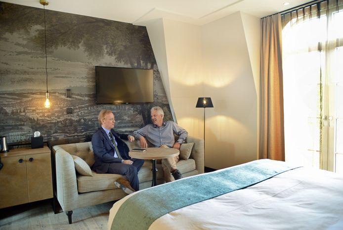 Zierikzee Hotel Mondragon opent pas in december maar is op open monumentendag alvast open voor publiek. Govert Janzen en Hans Boogert zitten in Suite 31.