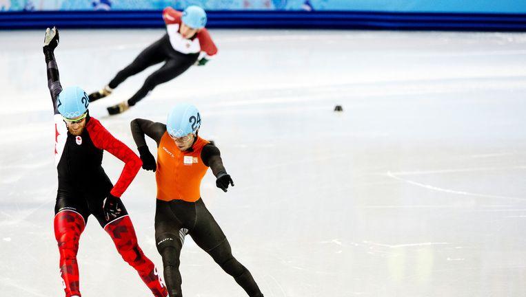 - Sjinkie Knegt (R) en de Canadees Olivier Jean gaan vrijwel gelijk over de finish tijdens de series van de 1000 Beeld ANP