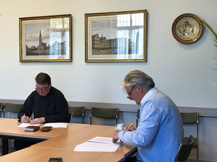 De Franciscusparochie (links pastoor Ard Smulders) draagt de St. Antonius Abtkerk in Eerde officieel over aan projectontwikkelaar Shaak (Ton Verhoeven).