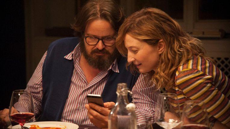 'Hoeveel heeft ú te verbergen in uw telefoon?', dat is de centrale vraag in Perfetti Sconoscuiti. Beeld