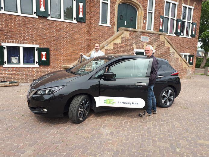 Dorpsbewoner Rob Schuit (r) maakte vrijdag samen met wethouder Joost de Goffau een ritje in de deelauto.