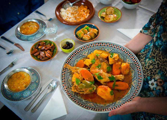 Verschillende islamitische gezinnen in Waalwijk koken tijdens de ramadan voor plaatsgenoten die het op dit moment niet zo makkelijk hebben.