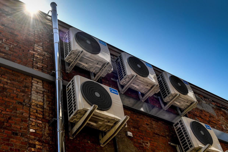 Airco's aan een gebouw.