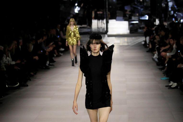 Een model in de show van Hedi Slimane voor Celine tijdens Paris Fashion Week.