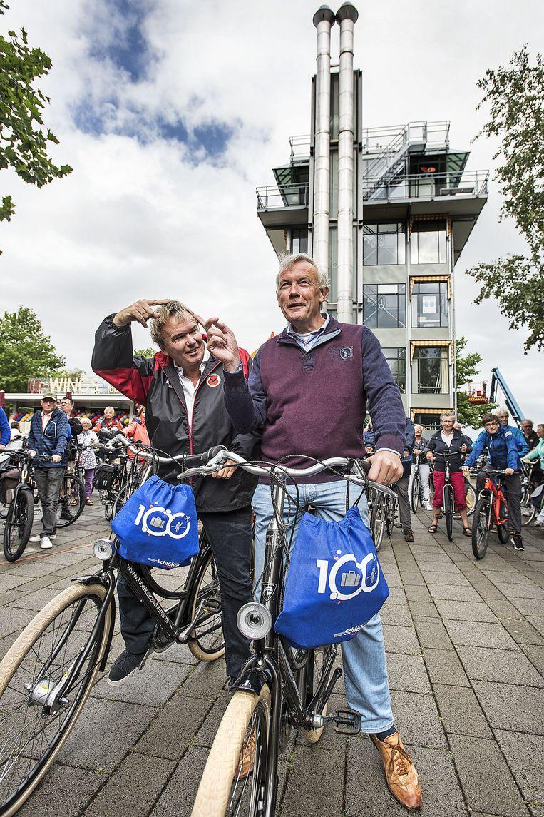Schipholfonds-voorzitter Tom Egbers (links) en Schiphol-baas Jos Nijhuis zondagmorgen aan de start van Rondje Schiphol. Nijhuis: 'Ik ben een hardloper, geen fietser.' Beeld Guus Dubbelman / de Volkskrant