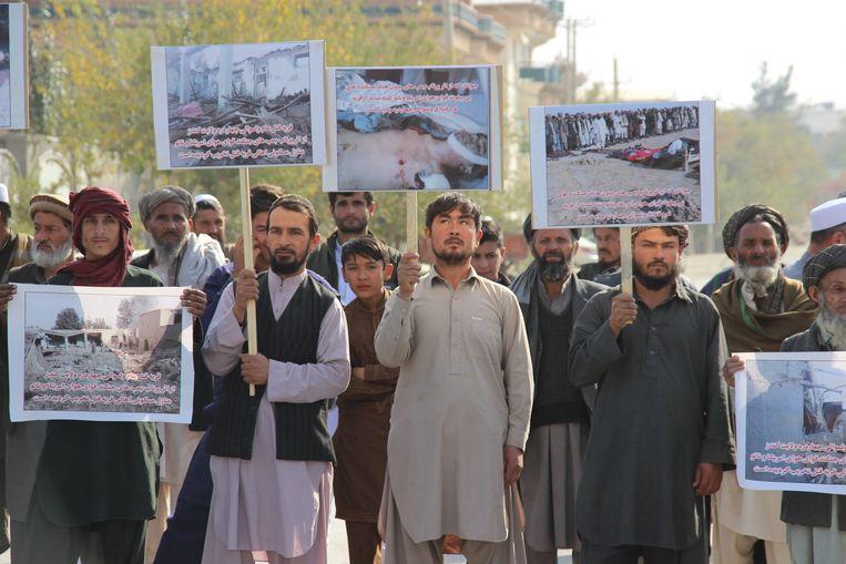 Afghanen protesteren in Kunduz tegen de Amerikaanse bombardementen die veel burgers het leven hebben gekost.  Beeld EPA