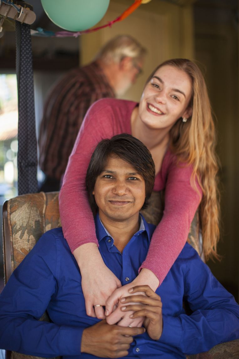 Simon en zijn verloofde (met op de achtergrond haar vader). Beeld Harry Cock / de Volkskrant
