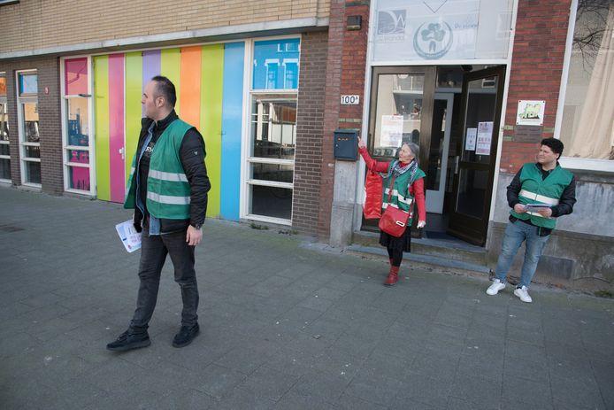De Buurtmaatjes van Delfshaven Helpt gaan op stap om mensen aan te spreken.