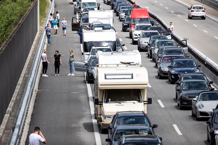 Foto ter illustratie. Toeristen staan vast op de snelweg.