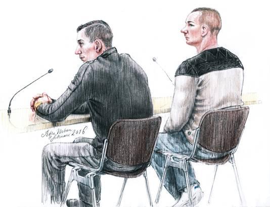 De twee mannen verdacht van een poging tot mensensmokkel met een zeilboot van IJmuiden naar Engeland in de rechtbank van Haarlem (Djarno P. links, en Sebastiaan van B. rechts).