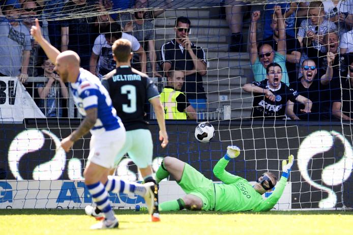 Bryan Smeets loopt juichend weg na zijn goal voor De Graafschap tegen Ajax: 1-1.