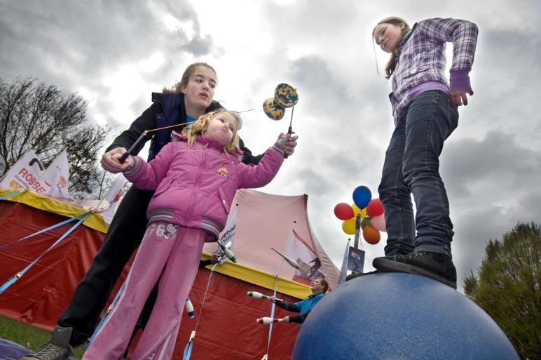 Voorafgaand aan de voorstelling konden kinderen ook oefenen op een circusact. Ze konden leren jongleren of fietsen op een eenwieler.foto Edwin Wiekens/het fotoburo