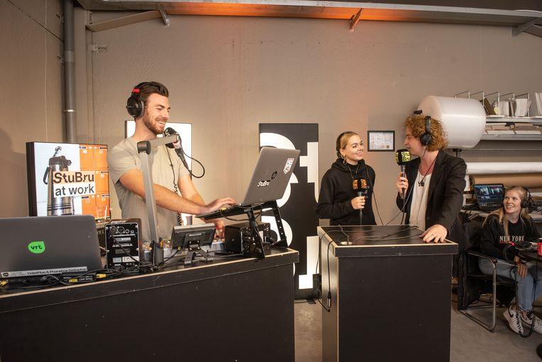 StuBru-presentator Joris Brys in de als radiostudio ingerichte inkomhal van Art Casting.