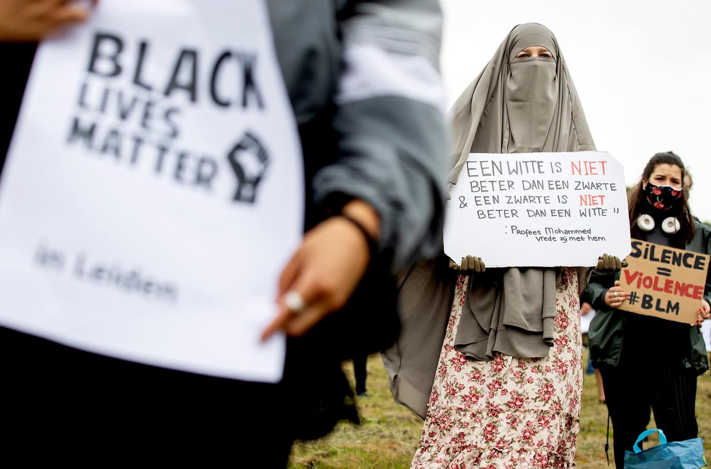 Een Black Lives Matter-demonstratie tegen racisme, afgelopen 14 juni in Leiden. Op het protestbord rechts staat: 'Stilte = geweld'.