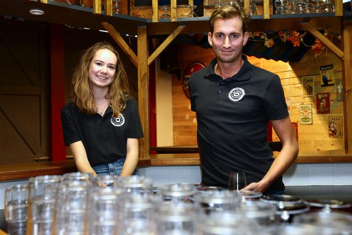Vrijwilliger Onno den Toom en bestuurslid Mariska Stam in Jongerensoos De Korf. Op een feestavond komen er zo'n tweehonderd bezoekers uit Giessen-Oudekerk en omliggende dorpen.