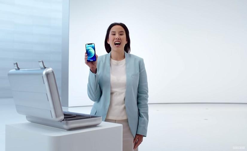 De iPhone 12 mini tijdens de virtuele voorstelling.