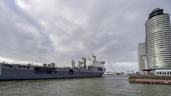 De aankomst van het schip de Karel Doorman bij de Wilhelminapier in Rotterdam