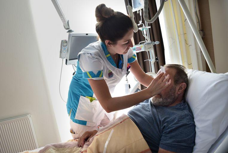 Een verpleegkundige en patiënt in het  ziekenhuis Bernhoven in Uden.  Beeld Marcel van den Bergh