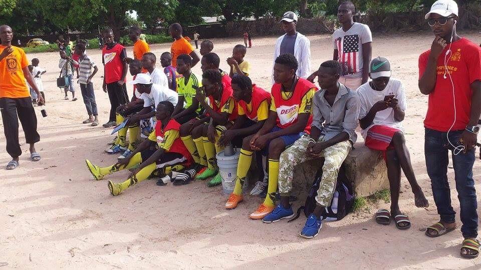 Kleding In Nederland.Veluwse Voetbalclubs Zamelen Kleding In Voor Gambia Foto