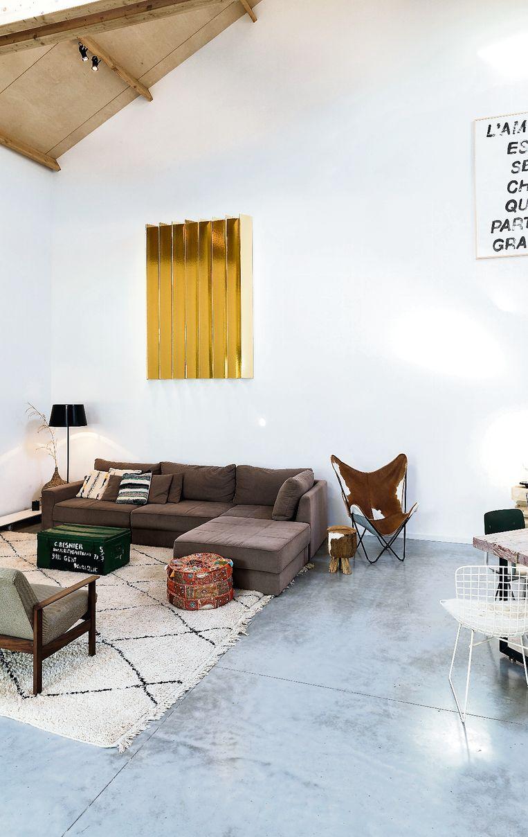 Het koppel haalde de poten van de zetel eraf, zodat die eigentijdser oogt. En het tapijt brachten ze mee uit Marrakech.
