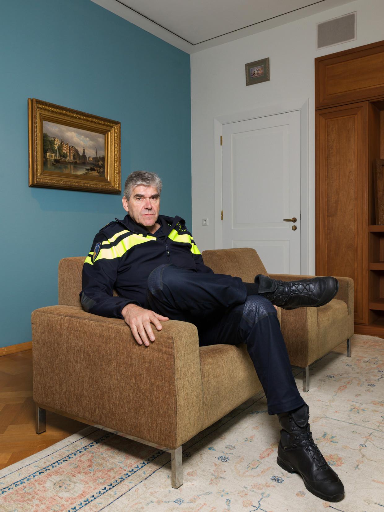 Frank Paauw in zijn kamer aan 'de gouden gang' van het hoofdbureau aan de Elandsgracht.