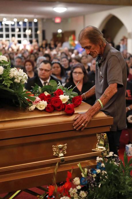 Weduwnaar verwacht niemand op uitvaart El Paso-dode, honderden mensen komen