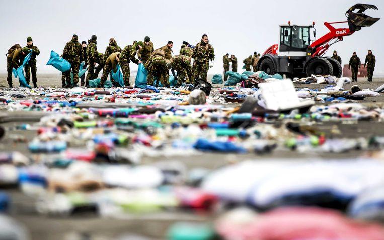 Duitse soldaten op Schiermonnikoog. Vanuit de lucht is te zien dat er de komende dagen nog veel afval op het eiland gaat aanspoelen.