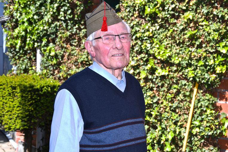 Roger Vansteenkiste met de soldatenmuts die hij in 1940 kreeg, toen hij het 53ste linieregiment vervoegde.