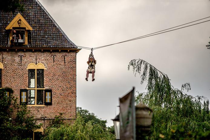 Een van de nieuwe attracties, de tokkelbaan vanuit Kasteel Vorden.