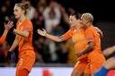 Vivianne Miedema, Sherida Spitse en Shanice van de Sanden (v.l.n.r.) vieren een doelpunt tegen Slovenië, in respectievelijk de 75ste en 175ste interland van Van de Sanden en Spitse.