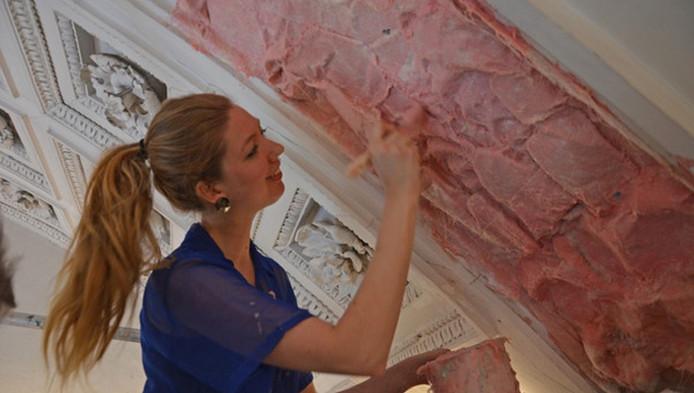 Nynke Koster maakt in de stuczaal van het paleis een afdruk van het plafond.