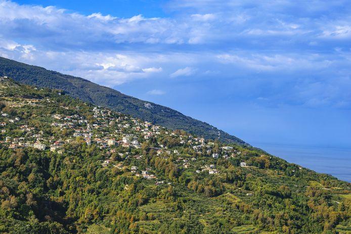 Een dorpje op het Griekse schiereiland Pilion. Hogerop de berg ligt een militaire basis.