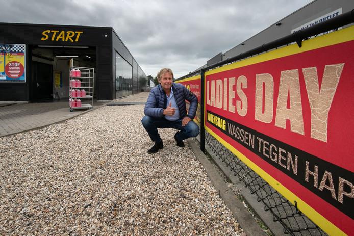 Alwin Koops promoot de 'ladies day' bij zijn wasstraat.