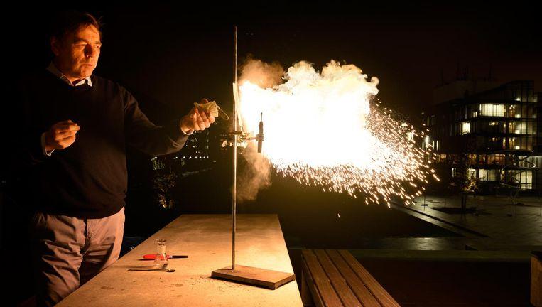 Demonstratie van de verbranding van 1 gram titaniumpoeder in de lucht. Beeld TU/e, Bart van Overbeeke