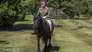 Koningin Elizabeth zit weer kwiek en monter in het zadel: 94-jarige Queen al paardrijdend gefotografeerd