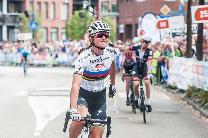Profwielerronde van Etten-Leur. Chantal Blaak wint bij de dames.  Foto: Joris Knapen | Pix4Profs