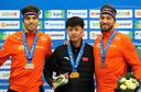 Ning op het podium na zijn winst op de 1500 meter zondag, geflankeerd door Patrick Roest en Kjeld Nuis.